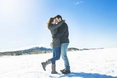 Пары в сцене снега зимы на красивом солнечном дне Стоковые Изображения RF