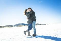 Пары в сцене снега зимы на красивом солнечном дне Стоковое Изображение RF