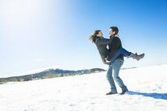 Пары в сцене снега зимы на красивом солнечном дне Стоковая Фотография RF