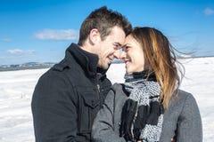 Пары в сцене снега зимы на красивом солнечном дне Стоковое фото RF