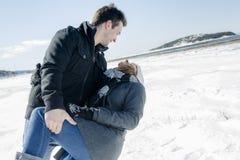 Пары в сцене снега зимы на красивом солнечном дне Стоковая Фотография