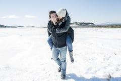 Пары в сцене снега зимы на красивом солнечном дне Стоковые Фотографии RF