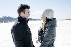 Пары в сцене снега зимы на красивом солнечном дне Стоковое Фото