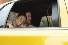 Пары в такси стоковое фото rf