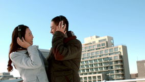 Пары в теплых одеждах наслаждаясь музыкой совместно видеоматериал