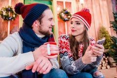 Пары в теплых одеждах Стоковые Фото
