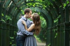 Пары в целовать влюбленности Стоковая Фотография RF