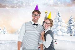 Пары в шляпе партии стоя против цифров произведенной предпосылки Стоковое фото RF