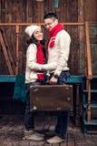 Пары влюбленности стоя с чемоданом Стоковая Фотография RF