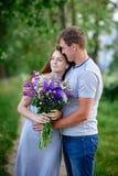 Пары влюбленн в букет обнимают в парке Стоковые Фотографии RF