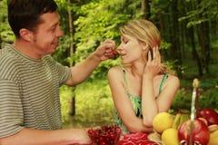 Пары влюбленн в вишни Стоковые Изображения