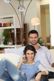 Пары в living-room Стоковое Фото