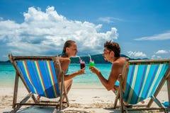 Пары в loungers на пляже на Таиланде Стоковые Изображения RF
