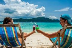 Пары в loungers на пляже на Таиланде Стоковая Фотография RF