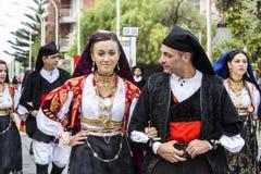 Пары в Sardinian костюмах стоковое изображение rf