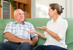 Пары говоря в домашнем интерьере женщины tux человека 3 фокуса предпосылки красивейшие стоковая фотография rf