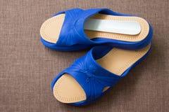 Пары голубых домашних тапочек с кожаными insoles Взгляд сверху Стоковая Фотография RF