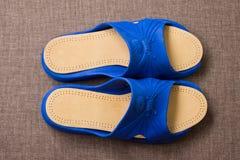 Пары голубых домашних тапочек с кожаными insoles Взгляд сверху Стоковое фото RF