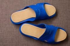 Пары голубых домашних тапочек с кожаными insoles Взгляд сверху Стоковые Фото