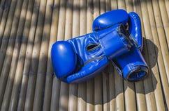 Пары голубых кожаных перчаток бокса Стоковая Фотография RF