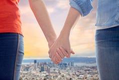 Пары гомосексуалиста держа руки над городом Сан-Франциско Стоковая Фотография RF