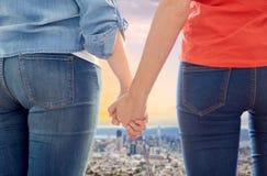 Пары гомосексуалиста держа руки над городом Сан-Франциско Стоковые Изображения