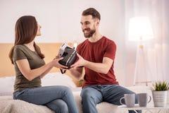 Пары гомосексуалиста сладостные обменивая шлемофоны VR Стоковая Фотография RF