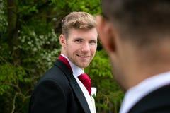 Пары гомосексуалиста grooms представляют для фотоснимок на их день свадьбы Стоковые Изображения