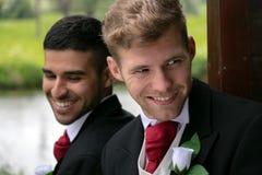 Пары гомосексуалиста grooms представляют для фотоснимок озером на их день свадьбы Стоковое Изображение RF
