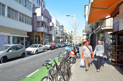 Пары гомосексуалиста держа руки в Тель-Авив, Израиле Стоковая Фотография