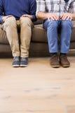 Пары гомосексуалиста ослабляя на кресле Стоковая Фотография