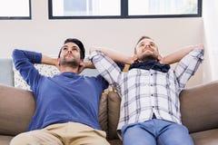 Пары гомосексуалиста ослабляя на кресле Стоковое Фото