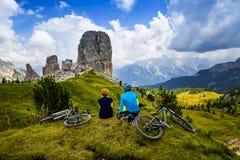 Пары горы задействуя с велосипедами на следе стоковые изображения rf