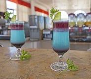 Пары голубых dirnks коктеиля на баре Стоковые Фотографии RF