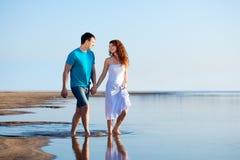 Пары гуляя на пляж Стоковая Фотография RF