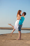 Пары гуляя на пляж Стоковые Фото