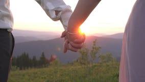 Пары давая руку друг к другу Взгляд конца-вверх пар держа руки в заходе солнца Романтичный внешний взгляд сток-видео