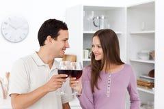пары давая симпатичное красное вино здравицы Стоковая Фотография RF