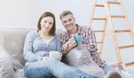 Пары делая домашние реновации стоковая фотография