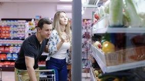 Пары делая посещение магазина бакалеи совместно видеоматериал