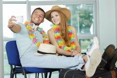 Пары делая selfie их умным телефоном стоковое фото rf
