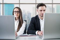 Пары дела работая в офисе Стоковые Фото