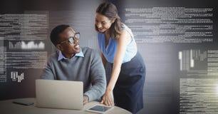 Пары дела работая на компьтер-книжке с интерфейсом текста экрана Стоковое Изображение