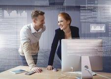 Пары дела работая на компьтер-книжке с интерфейсом текста экрана Стоковое Фото
