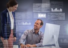 Пары дела работая на компьтер-книжке с интерфейсом текста экрана Стоковая Фотография RF