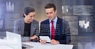 Пары дела работая на компьтер-книжке с интерфейсом текста экрана Стоковая Фотография