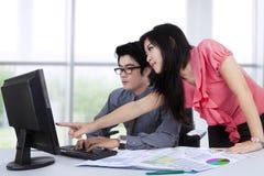 Пары дела работая на компьютере стоковое изображение rf
