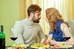 Пары деля спагетти Стоковые Изображения