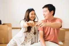 Пары держа ключ нового дома Стоковая Фотография