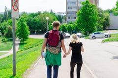 Пары держа руки идя прочь стоковые изображения